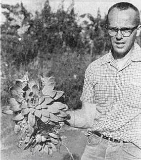 Fred Brandt和勃兰特的模式标本,摄于模式标本产地。