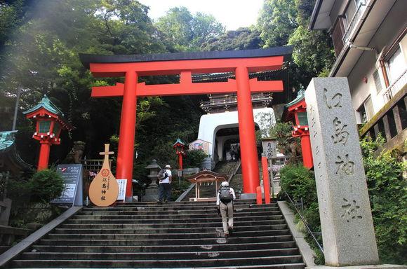 日本神社鲜红色的开字门